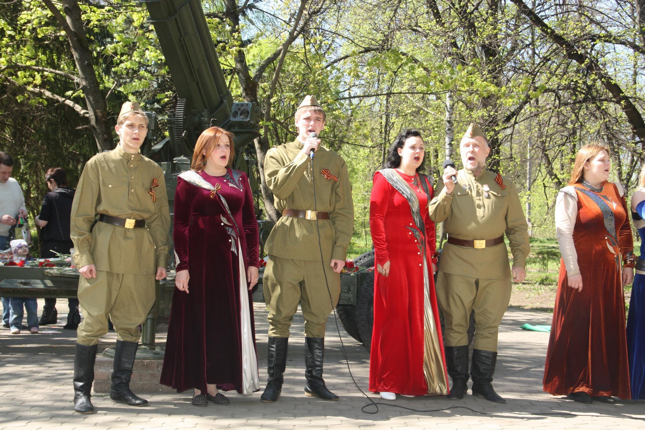 Певцы в военных костюмах