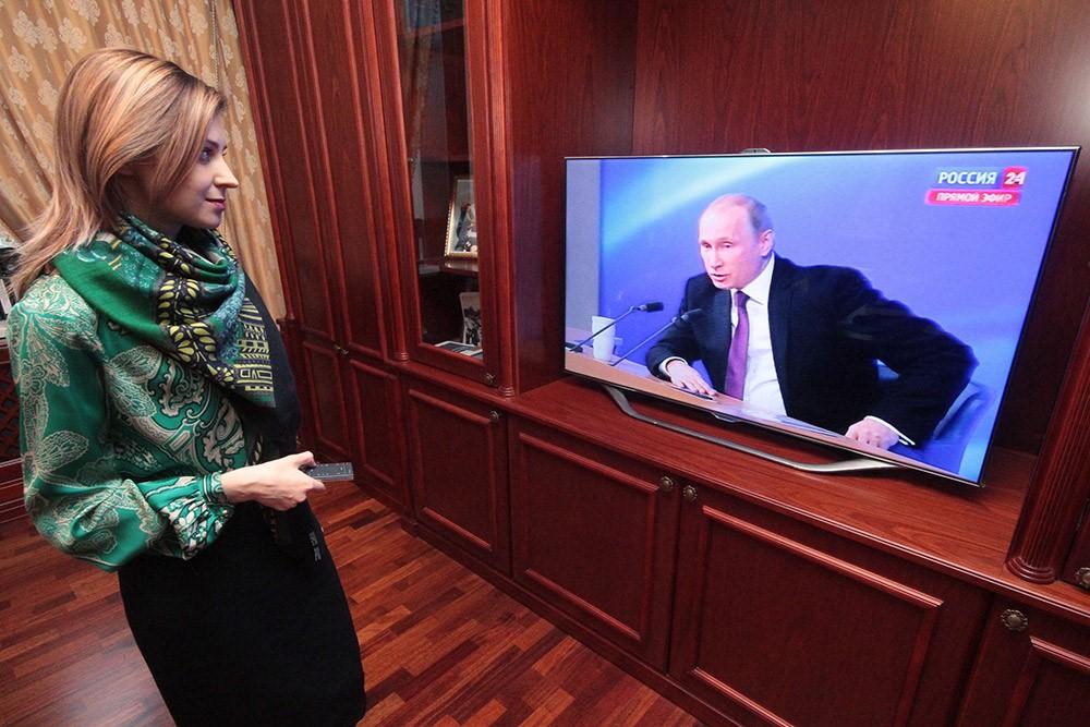 Поклонская смотрит на Путина