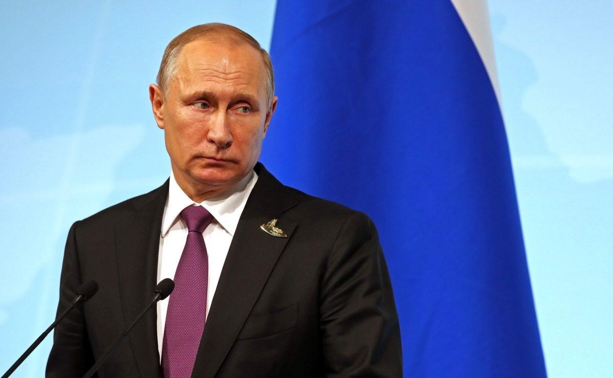 Президент на фоне флага РФ