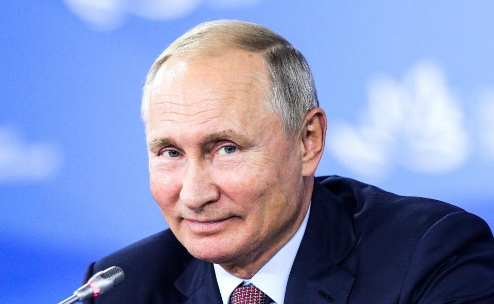 Путин хитро улыбается