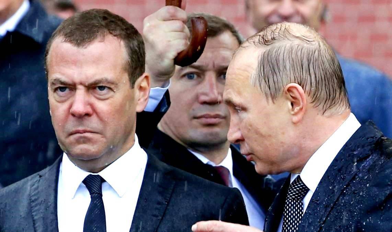 Путин и Медведев под дождем