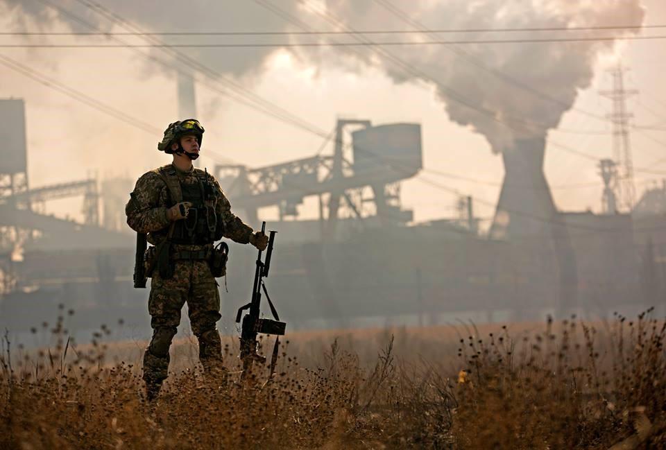 Солдат на фоне работающего завода