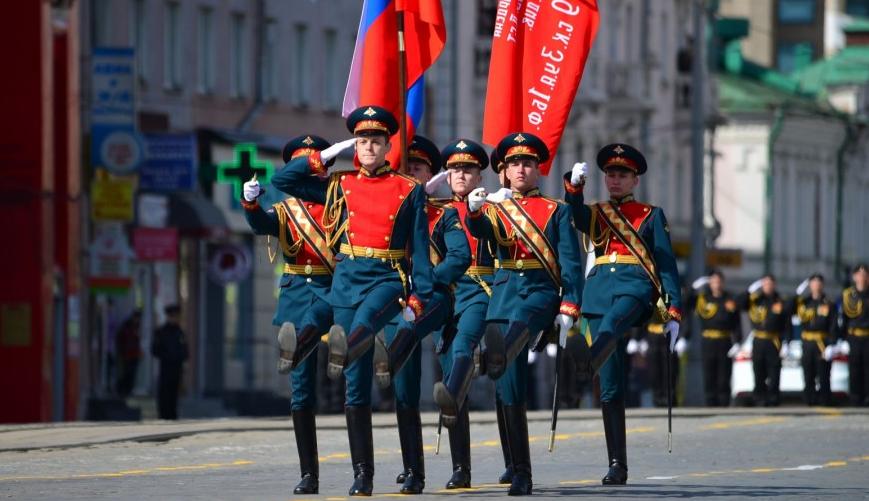 Солдаты со знаменами
