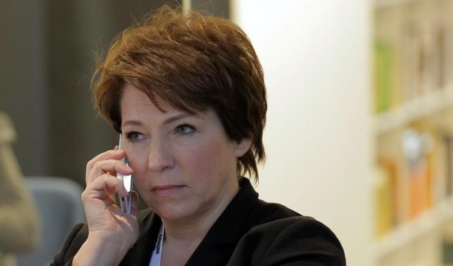 Татьяна Юмашева говорит по мобильному