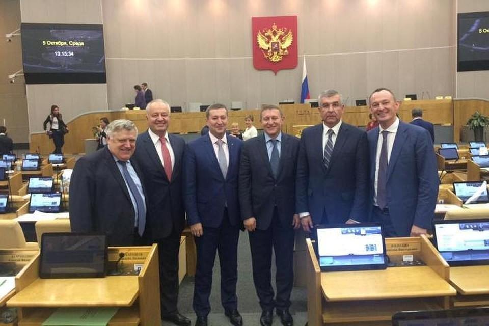 Улыбающиеся депутаты Госдумы