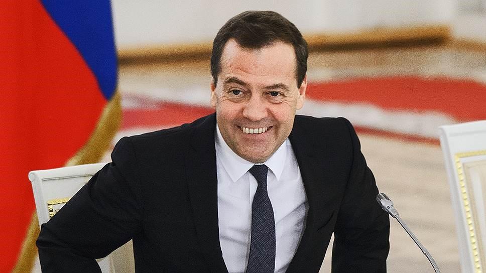 Улыбающийся Медведев в кресле