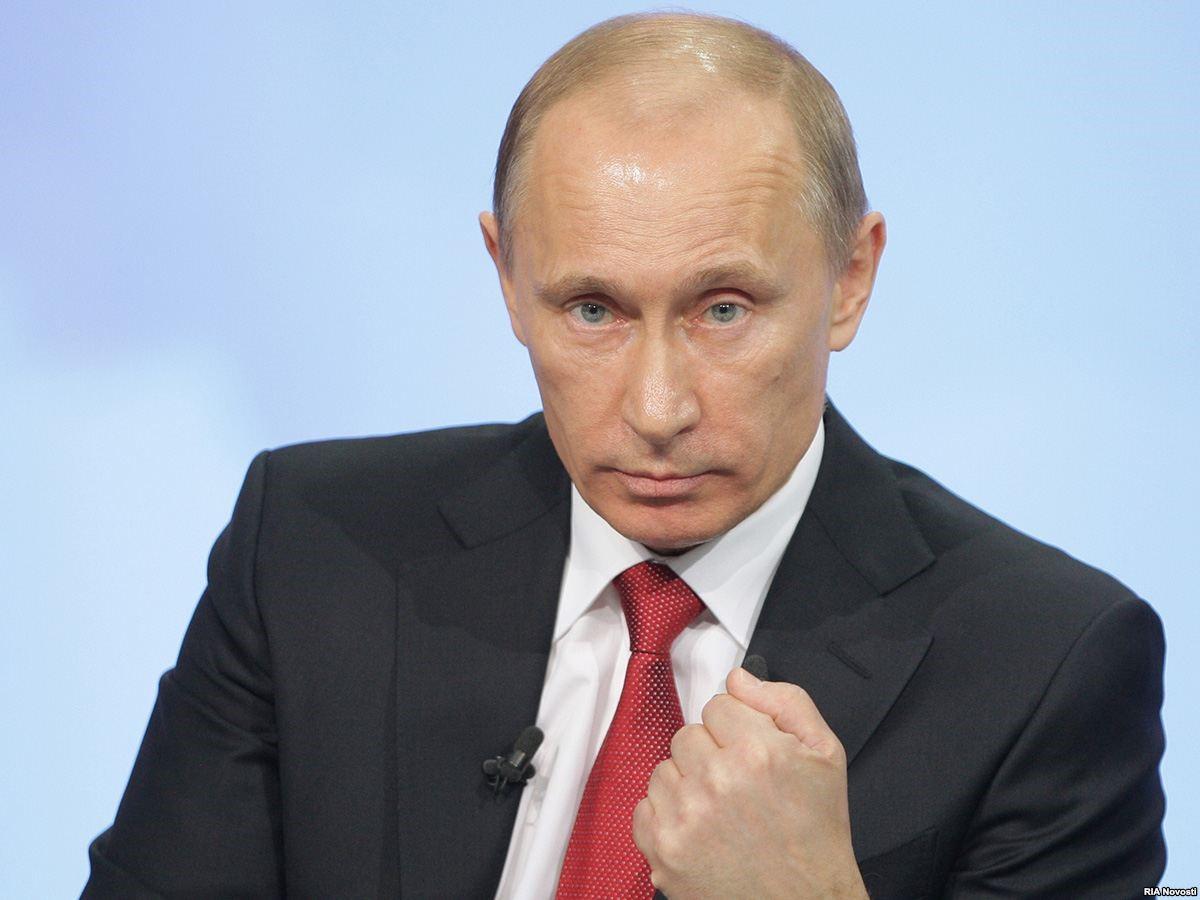 Владимир Путин грозит кулаком