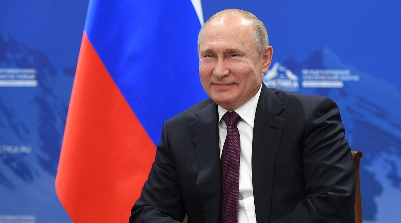 Владимир Путин на фоне флага РФ