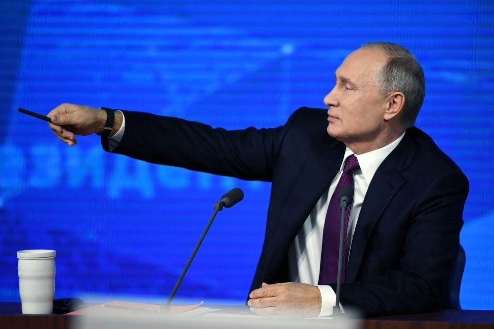 Владимир Путин показывает путь в счастливое будущее