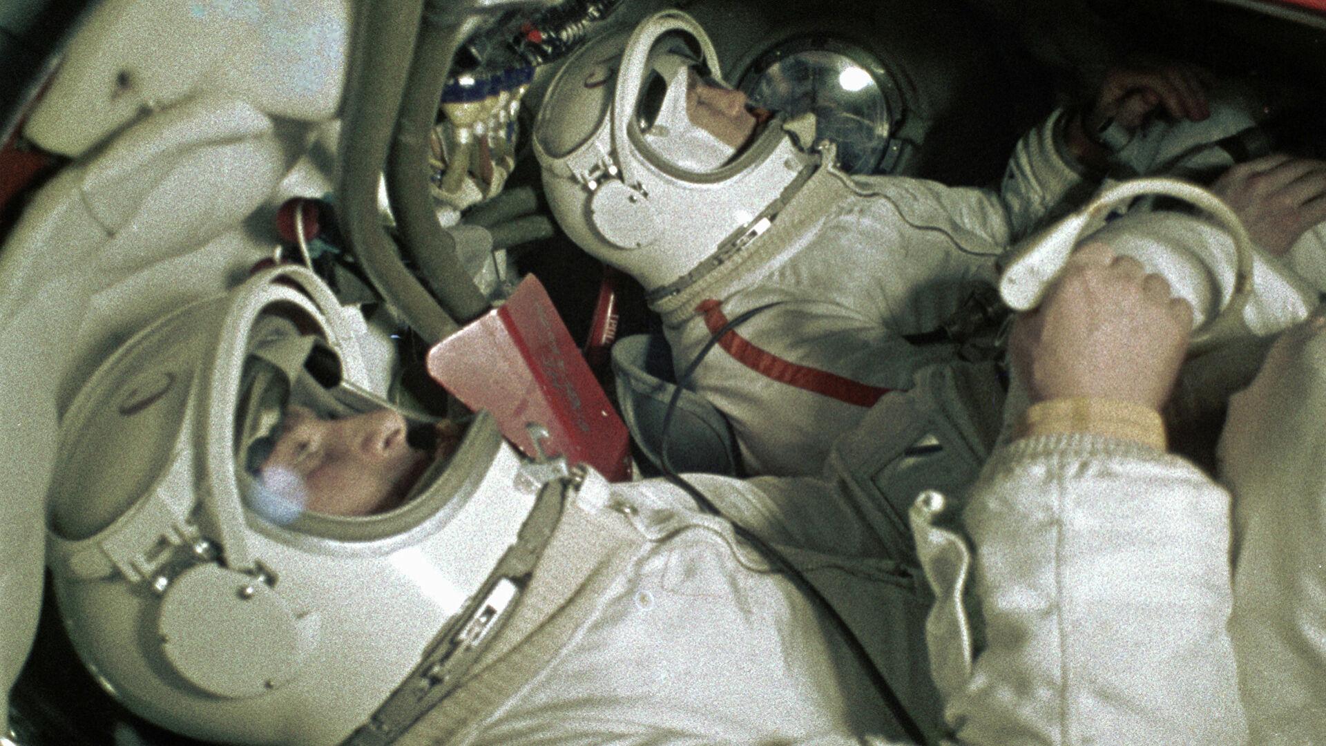 когда леонов вышел в открытый космос