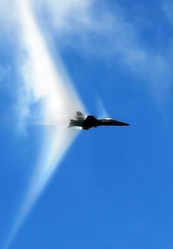 самолет проходит звуковой барьер