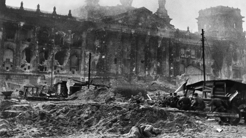 кто поставил флаг на рейхстаг в 1945