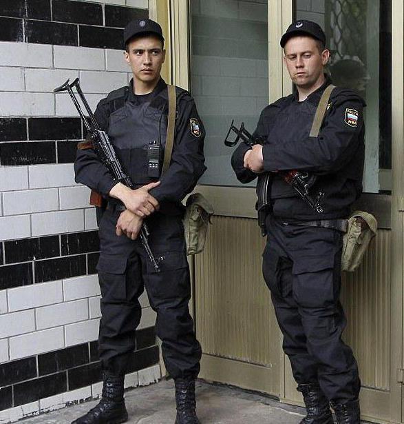 сотрудник полиции при применении огнестрельного оружия действует