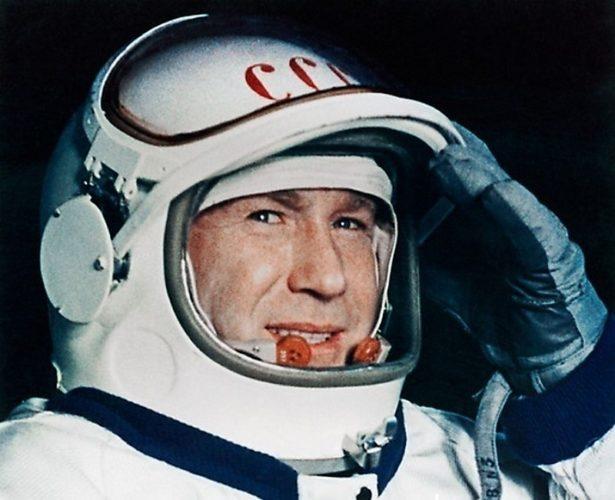 первый вышел в открытый космос