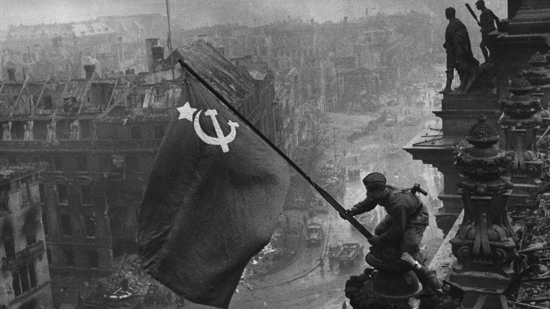 кто возвел флаг над рейхстагом