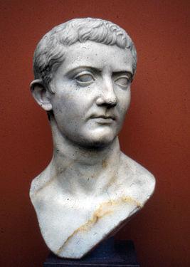 имя основателя рима и последнего древнеримского императора