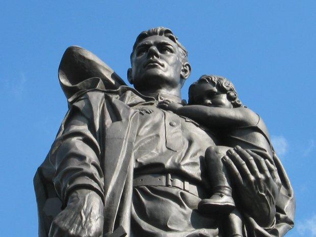 памятник неизвестному солдату в берлине