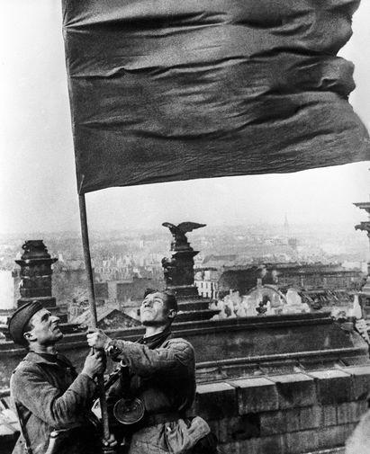 кто водрузил знамя над рейхстагом