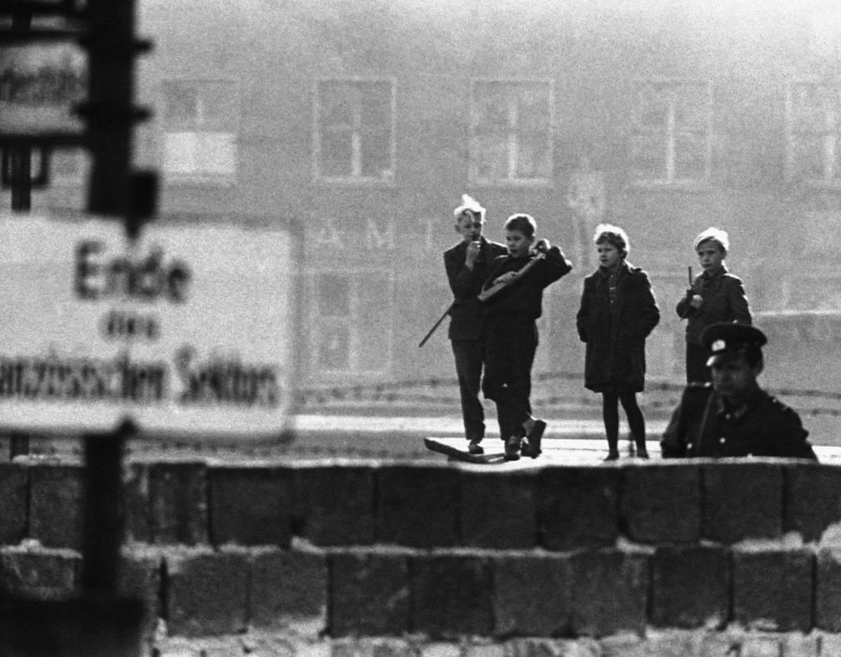 в каком году рухнула берлинская стена