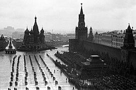 кто командовал парадом в 1945