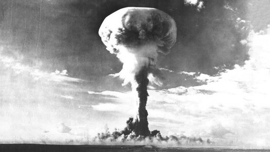 кто создал первую атомную бомбу