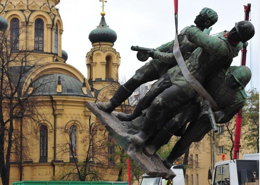 памятник солдату с девочкой
