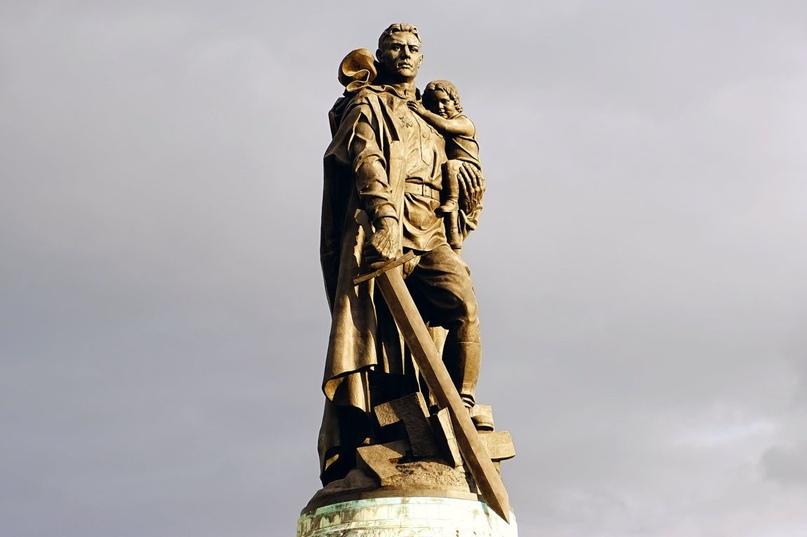 три памятника с мечом победы