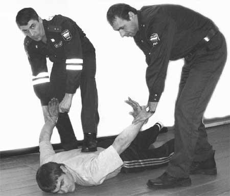 как правильно одевать наручники на экзамене охранника
