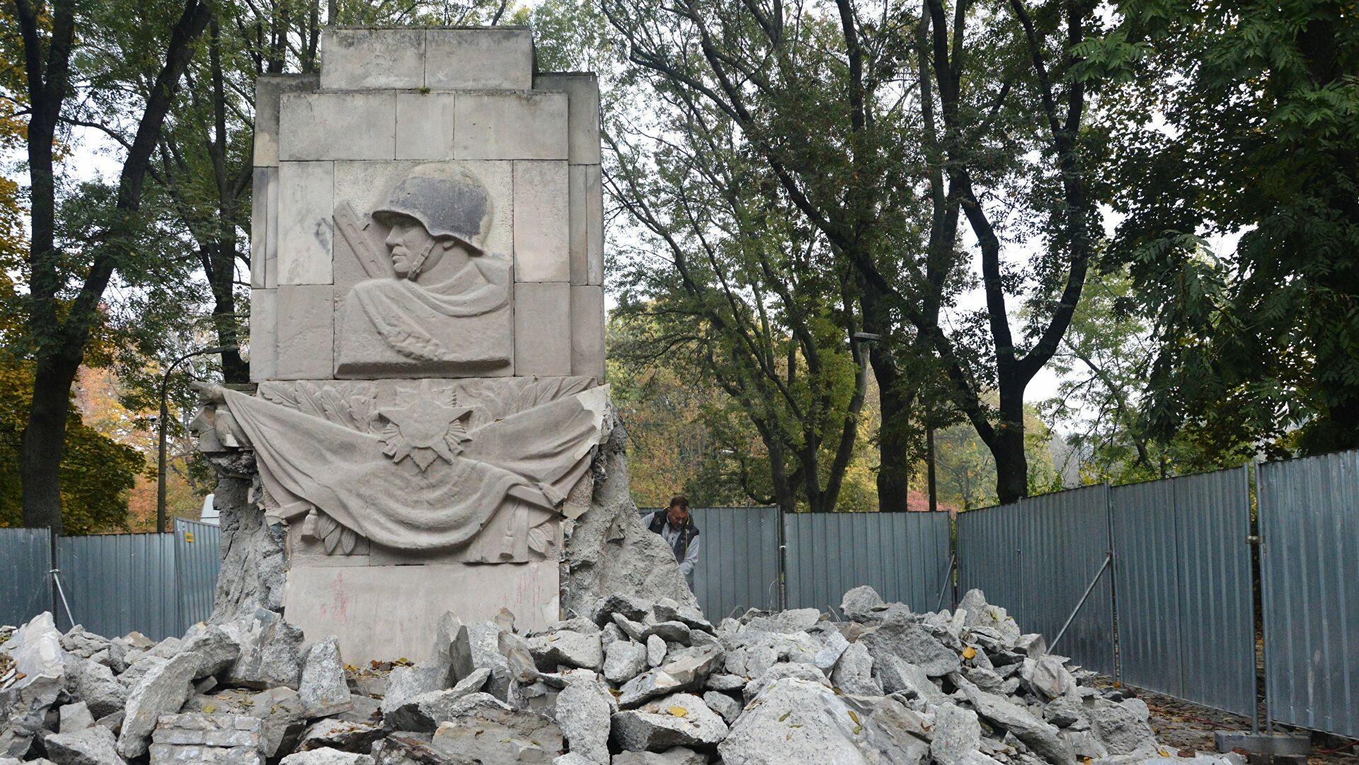 памятник солдату в берлине с девочкой