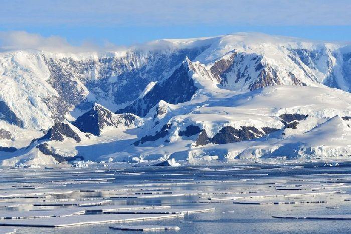восток и мирный у берегов антарктиды