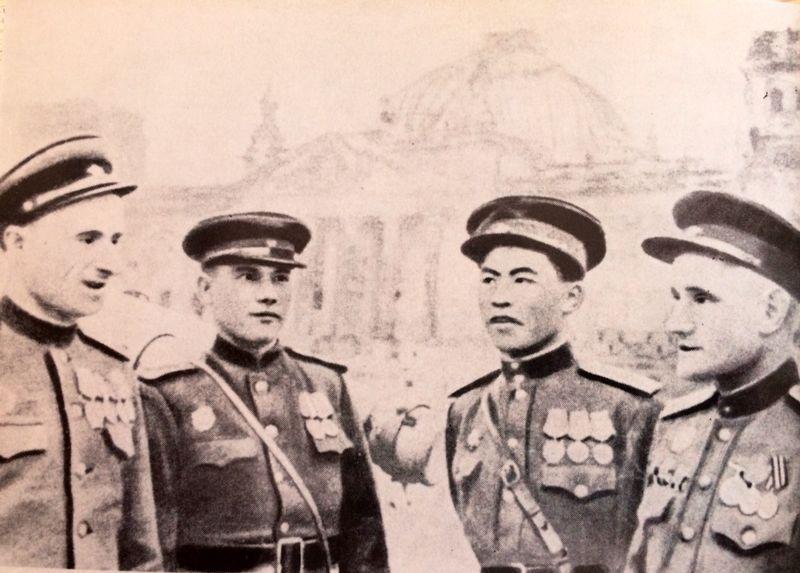 кто поднял флаг над рейхстагом в 1945