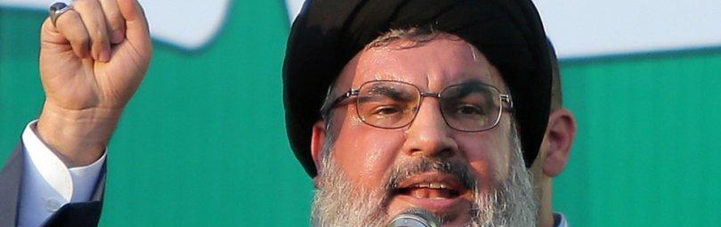 Лидер «Хезболлы» на фоне ливанского флага