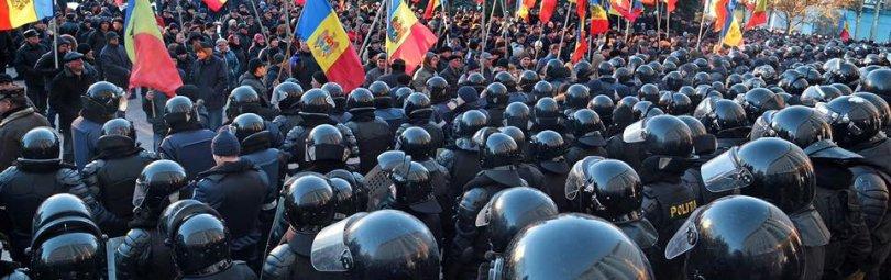 Полиция и демонстранты в Кишиневе