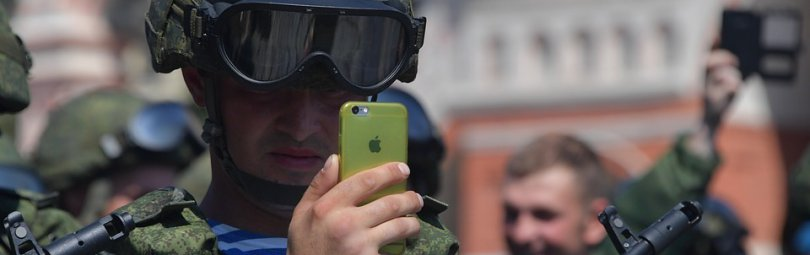 Солдаты в строю со смартфонами