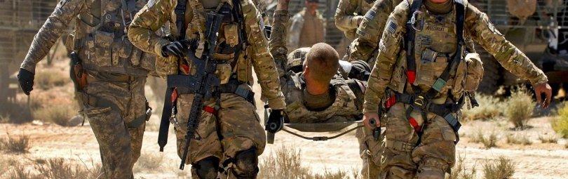 Раненый американец на носилках