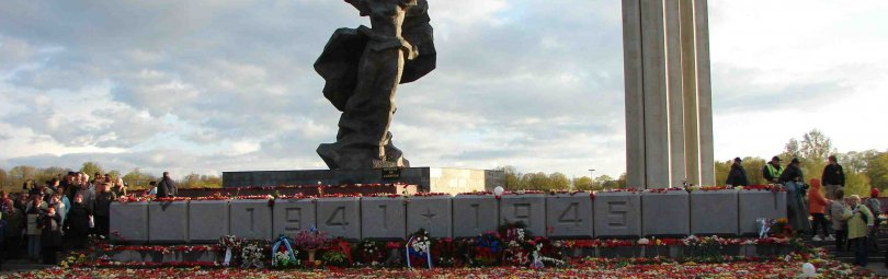 Памятник, усыпанный цветами