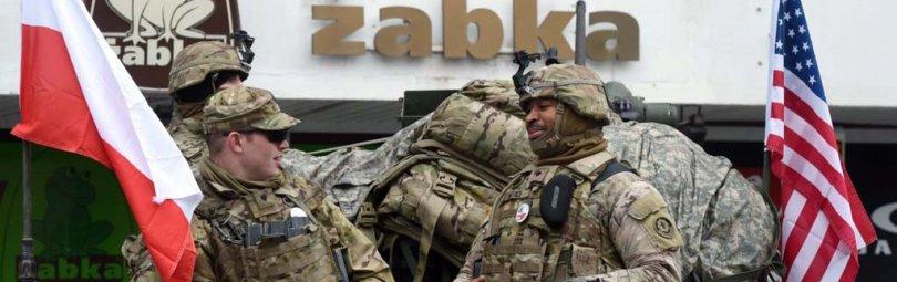 Военные Польши и США рядом с флагами