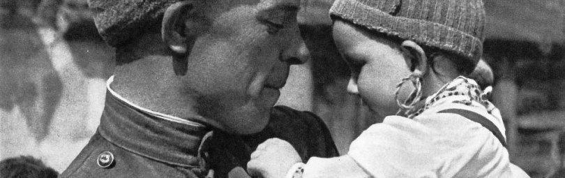 Советский солдат с ребенком на руках