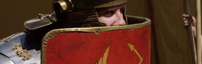Легионер прячется за щитом