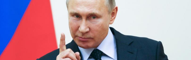 Путин дает интервью на фоне флага РФ