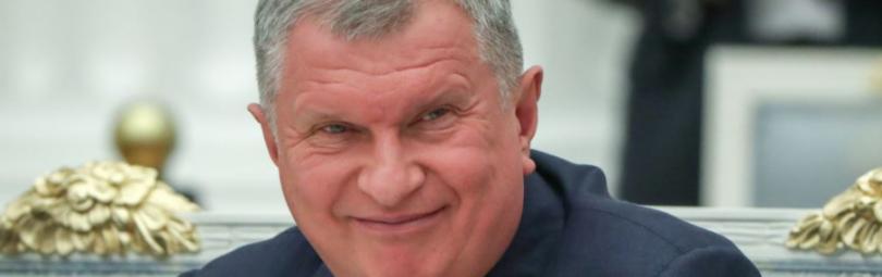 Игорь Сечин улыбается