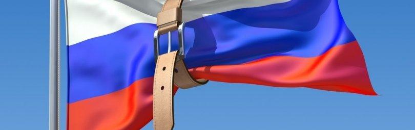 Российский флаг, перетянутый ремнем