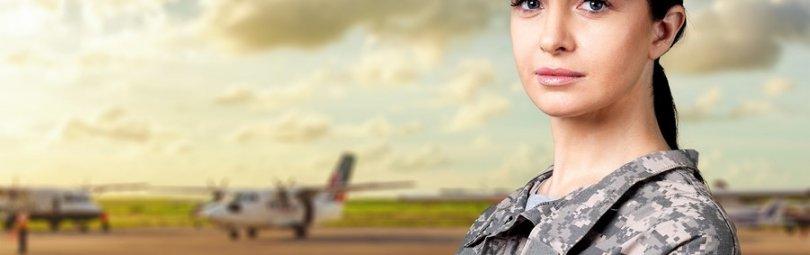 Женщина-солдат рядом с самолетами