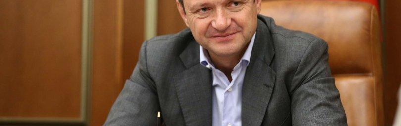 Александр Ткачев на фоне флага России