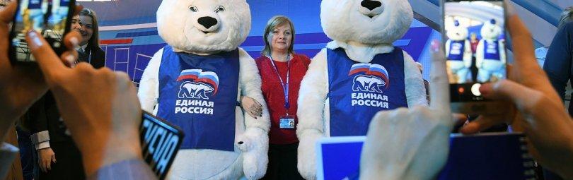 Люди в костюмах белых медведей