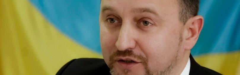 Сиротюк на фоне украинского флага