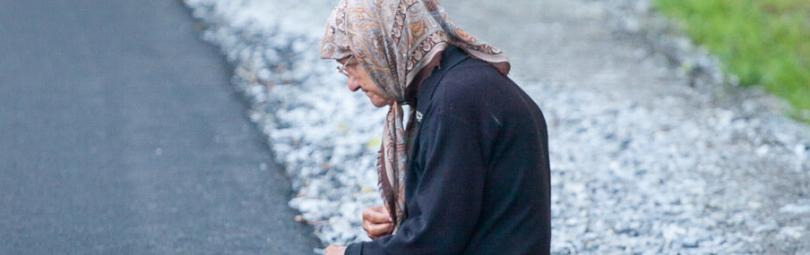 Пенсионерка просит милостыню на улице