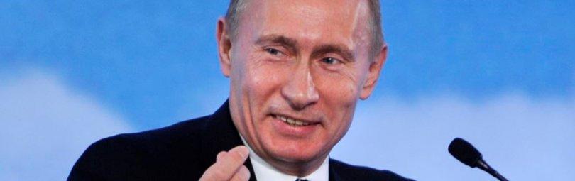 Владимир Путин смеется