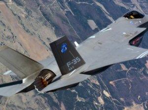 Истребитель F-35 в воздухе