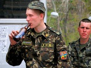 Боец ВСУ с бутылкой